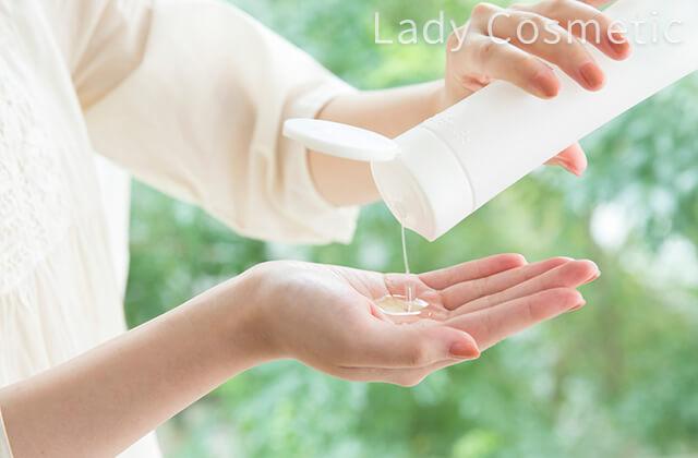 化粧水を手に取るさま